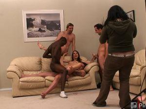 Молодые девушки снимаются в групповом сексе
