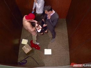 Два сотрудника офиса трахнули в лифте секретаршу в чулках