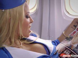 Пассажир вдул красивой стюардессе в самолете