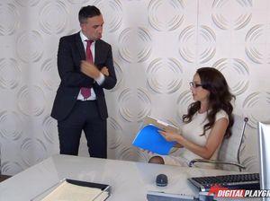 Начальник сношает главного бухгалтера у себя в офисе