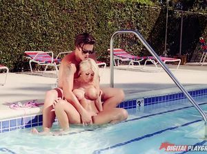 Загорелая гламурная блондинка дала богатому любовнику в бассейне