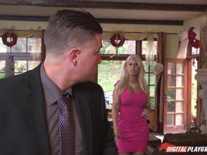Партнер вылизывает пизду блонде и толкает в ее дырочку длинный стояк