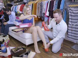Менеджер женского магазина лижет мокрощелку строптивой клиентке