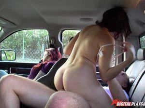 Пока жена спит рядом, муж шпилит ее подругу в машине