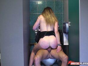 Развратная жена олигарха изменяет ему с мужиками в туалете ресторана