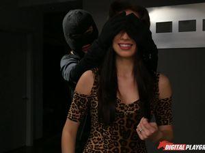 Лесби бандитка проникла в дом и жестко страпонит телочку на глазах бойфренда