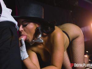 Сексуальное шоу в исполнении обворожительной брюнетки