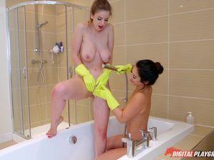Блондинка и брюнетка смачно вылизали киски вместо уборки в ванной