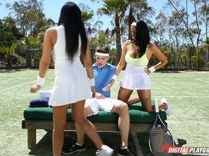 Тренер по теннису жахает двух роскошных бразильянок