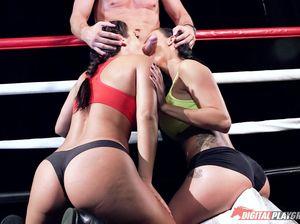 На боксерском ринге сексуальные спортсменки трахаются с тренером