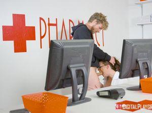 Молодая докторша в чулках жестко выебана посетителем аптеки