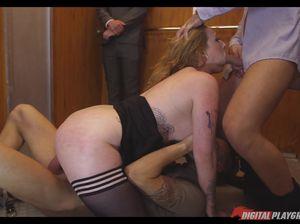 Грудастая барышня в лифте трахнулась с двумя чуваками прямо при муже
