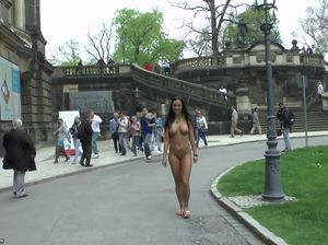 Пошлая цыпочка прогуливается голой по городским улицам