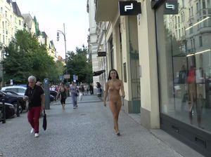 Стройная брюнетка на улице засветила голые сиськи и письку