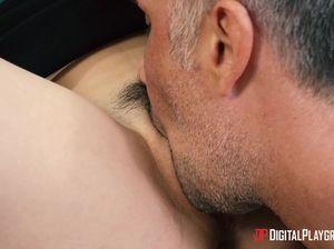 Секретарша с маленькой грудью шпилится с похотливым начальником