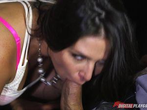 Большой начальник резво трахает рот и пизду будущей секретарше