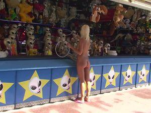 Девушка показала большую голую грудь и бритую киску на публике