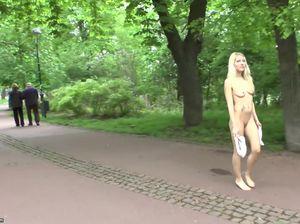 Улыбчивая чешская сучка разделась на публике