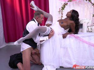 Белый гость на свадьбе выебал чернокожую невесту
