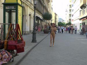 Шикарная телочка гуляет голой в общественных местах
