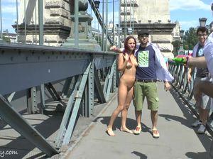 Бесстыжая рыжая деваха обнажилась на мосту и гуляет среди прохожих