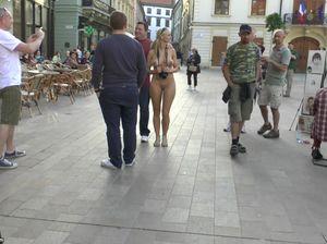 Привлекательная телка гуляет по Братиславе без одежды