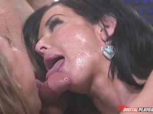 Две горячие девахи активно шпилятся с молодым дворником в душе
