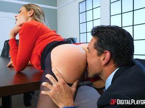 Озабоченный начальник порвал колготки и трахнул секретаршу на столе