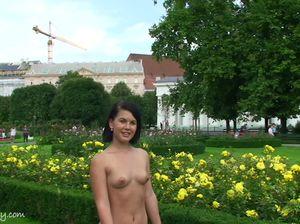 В жаркий день телочка ходит по парку голой
