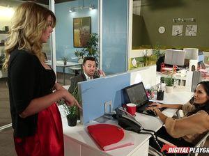 Молодой начальник пердолит секретаршу с большими сиськами