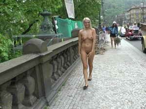 Светлая фетишистка обожает ходить по центру города голышом