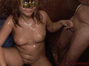 Пьяные голые бабы трахаются с парнями на секс вечеринке