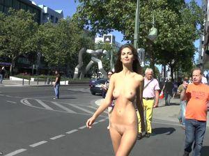 Публичное обнажение худенькой немки в Берлине