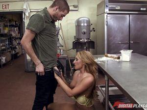 Тимберлейк ебет красивую блондинку на кухонном столе