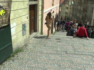 Голая туристка осматривает местные достопримечательности