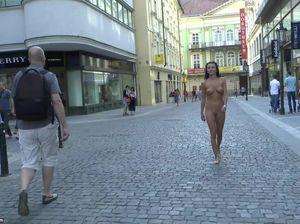 Смазливая брюнетка сняла одежду и прошлась по городу