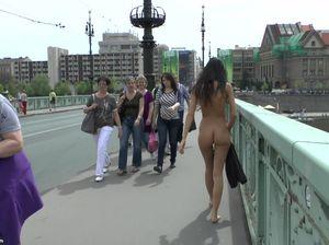 Голая худая девушка прошлась по чешским улочкам