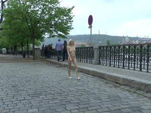 Миниатюрная блондинка гуляет без одежды