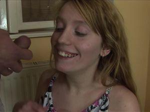 Неопытная рыженькая девчонка демонстрирует умения в сексе