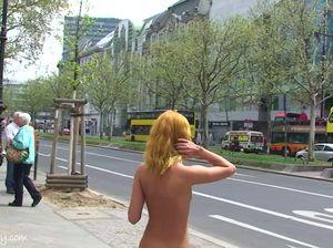 Потеряв стыд и совесть милашка прогуливается по улице в голом виде