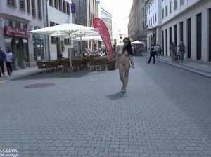 Брюнетка с большими сиськами и жопой свободно гуляет голая по улице