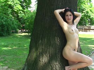 Позитивная девочка засветила прелести в городском парке