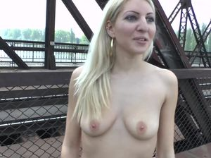 Оторванная блондинка согласилась раздеться догола в публичном месте