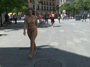 Пышная баба с бритой мандой гуляет голой по улице