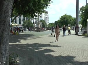 Худая туристка без комплексов разделась догола в центре города