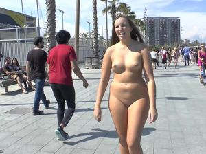 Пышная красавица в голом виде гуляет по набережной