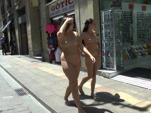 Пухлая девчонка идет голой по оживленному району вместе с худенькой подружкой