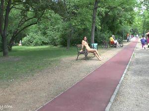 Фото модель с красивым телом гуляет голой по парку
