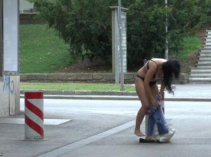 Брюнетка без комплексов голой гуляет по улице с мороженым в руках