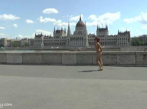 Девка без одежды сделала пробежку по городу